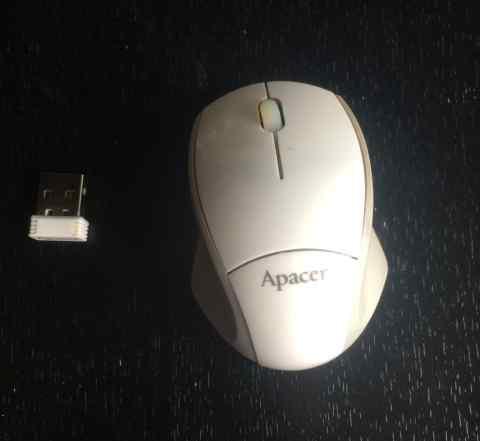 Компактная стильная белая беспроводная мышь