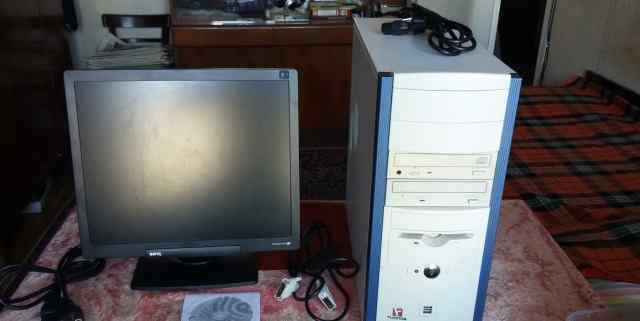настольный компьютер с монитором