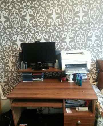 Компьютерный стол. Системный блок, монитор, колонк